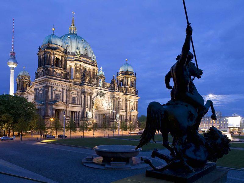 Berliner Dom, im Hintergrund Berliner Fernsehturm, Berlin Mitte, Berlin, Deutschland, Europa